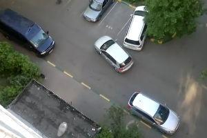 Две женщины на парковке