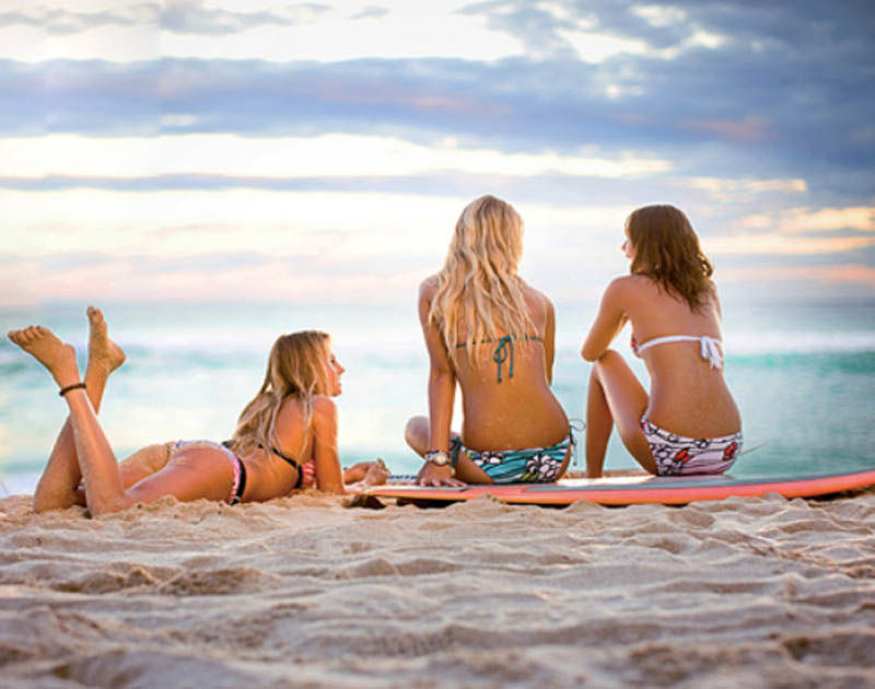 Девушки разделись на пляже для студентов.