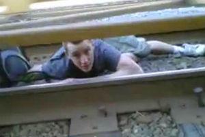 Идиот дня под поездом