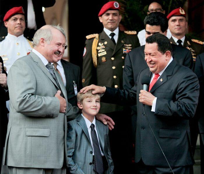 Лукашенко Николай ходит с пистолетом (4 фото)