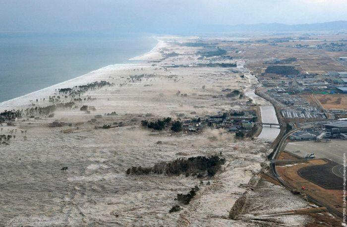 Японский аэропорт, разрушенный цунами (30 фото)