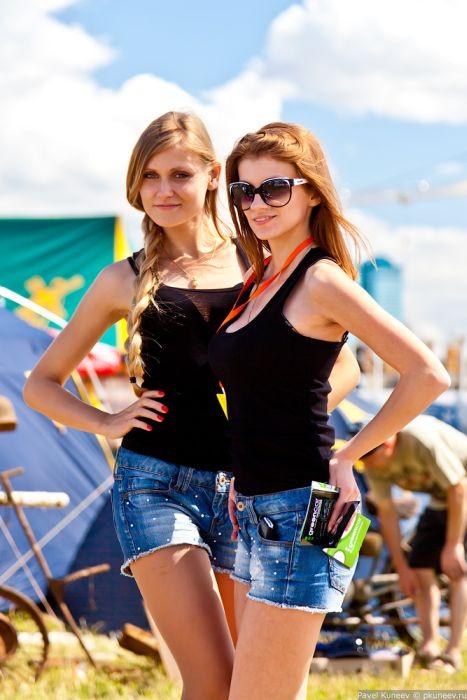 Симпатичные девушки с фестиваля Автоэкзотика 2012 (37 фото)