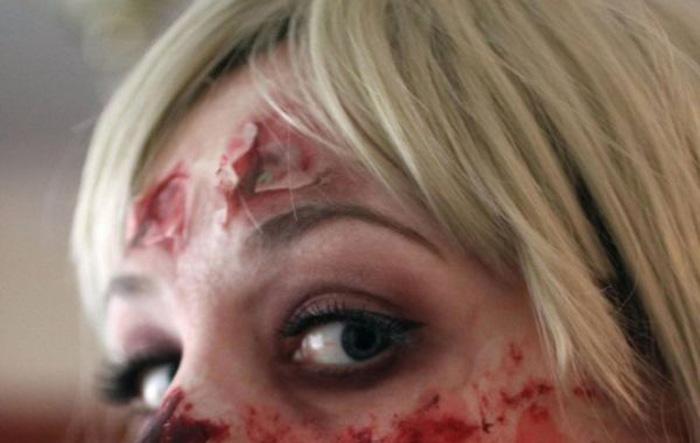 Очень реалистичный макияж девушки-зомби (4 фото)