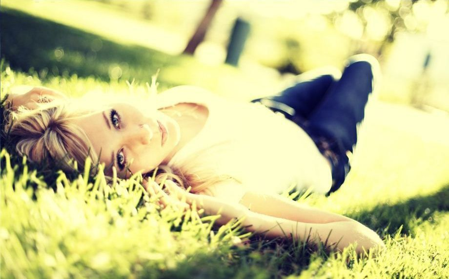 Фото девушек в траве на аву