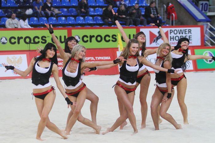 Пляжный футбол с симпатичными девушками (84 фото)