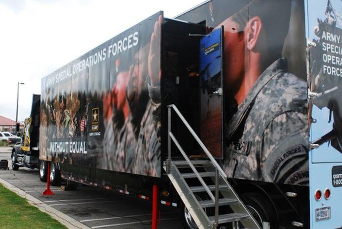 Высокотехнологичный грузовик для вербовки в армию (19 фото)