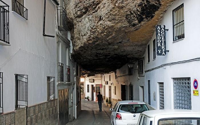 Сетениль-де-лас-Бодегас - город, затерянный в камнях (6 фото)