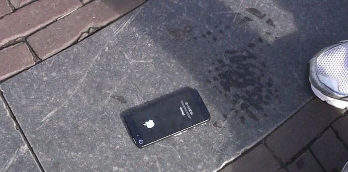 Прикольный розыгрыш прохожих при помощи iPhone 5 (16 фото)