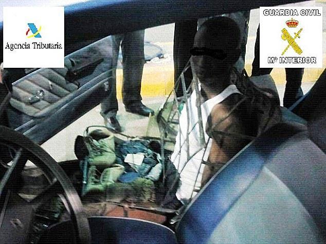 Человек - автомобильное кресло
