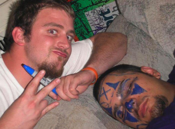 Приколы над пьяными друзьями (36 фото)