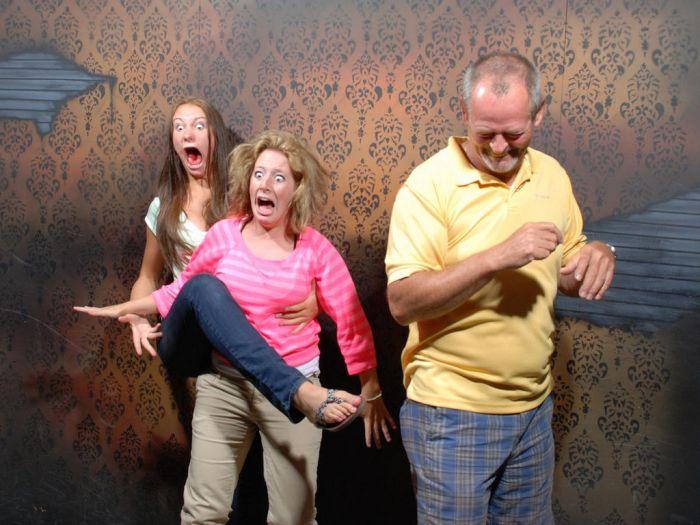 Испуганные люди в доме ужасов
