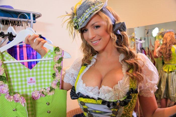 Очаровательная Джордана Карвер на Октоберфесте в сексуальном наряде (38 фот ...