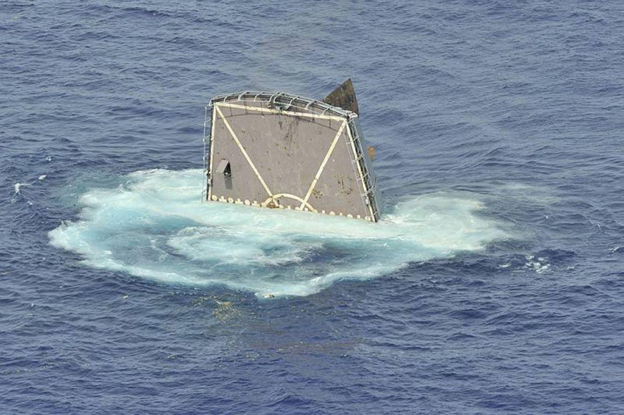 американский корабль и российские лодки