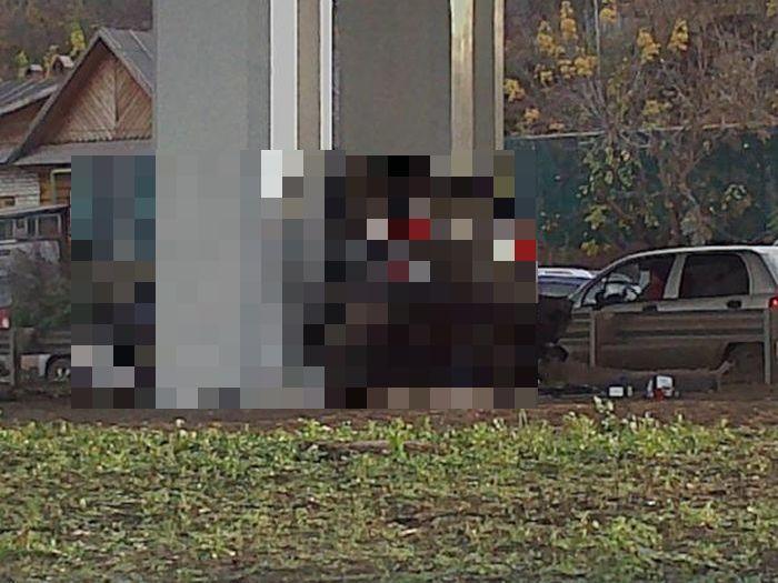 Внедорожник БМВ застрял в опоре моста