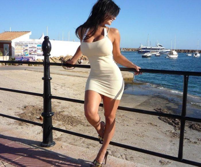Девушки в обтягивающих платьях( 48 фото)