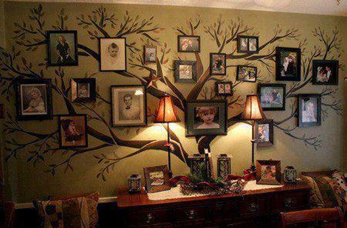 Дерево с фотографиями на стене
