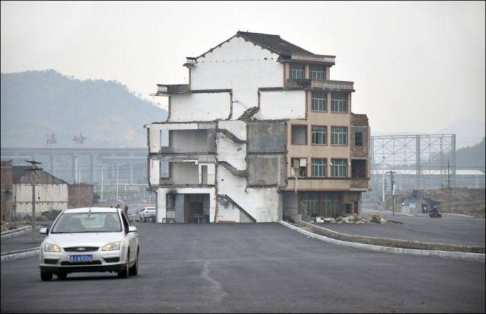 Дом посреди шоссе (3 фото)