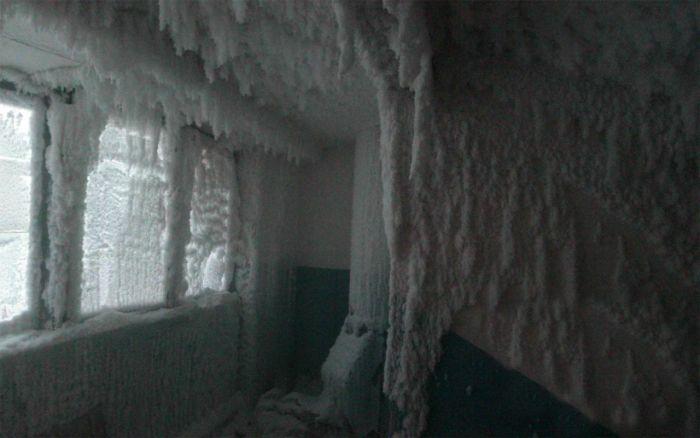 Как выглядит подъезд жилого дома при -59°C за окном
