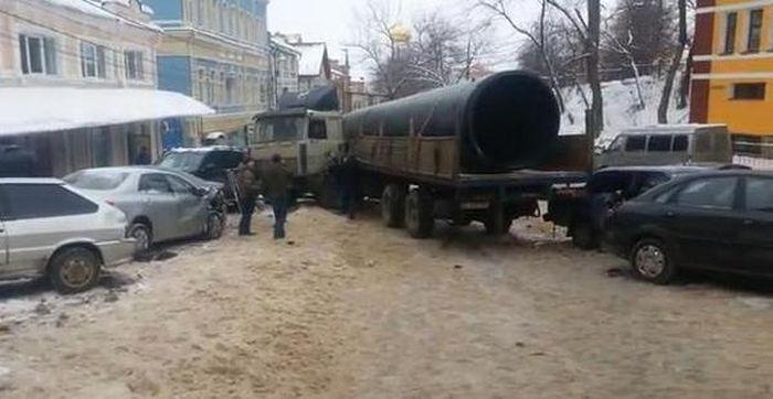 Грузовик протаранил 19 припаркованных авто в Нижнем Новгороде