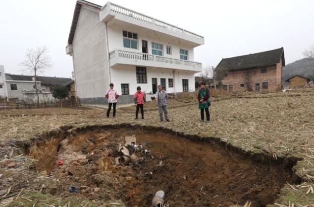 Деревушка Ляньюань в Китае постепенно уходит по землю