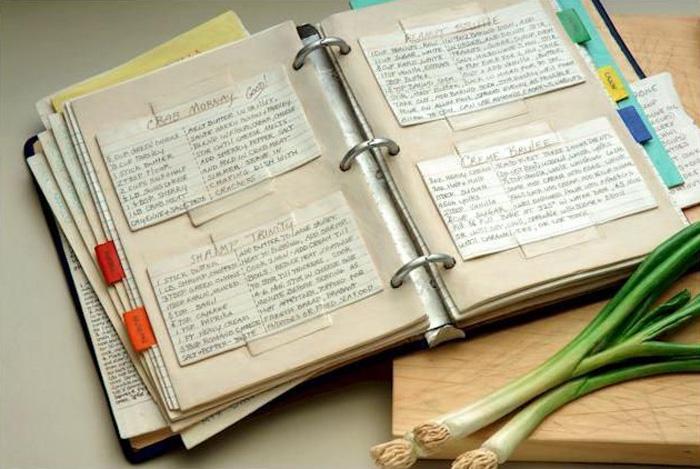 Разделочная доска с ножом, нарезанные овощи и книга рецептов - не настоящие ...