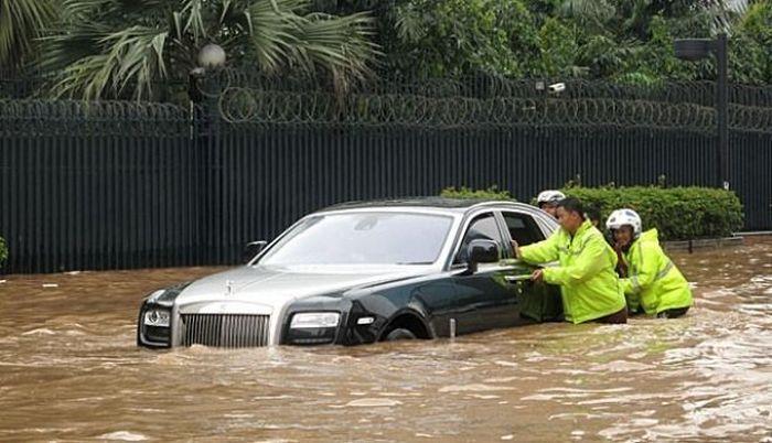 Rolls-Royce Ghost - элитный автомобиль, водоплавающий