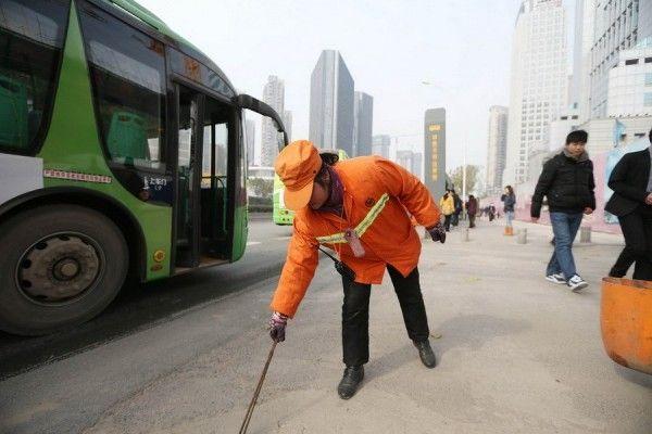 Миллионерша из Китая подметает улицы