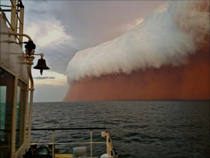 Пылевая буря над Индийским океаном (2 фото)