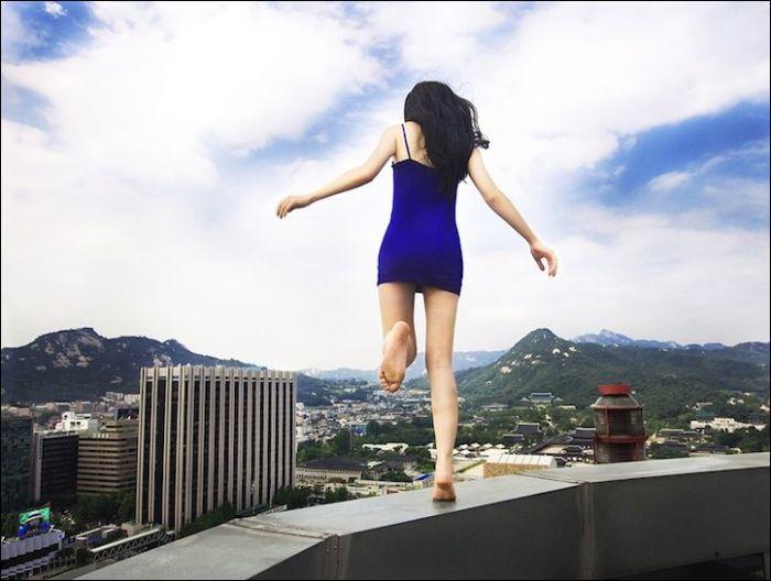 Одинокая девушка среди бетонных джунглей