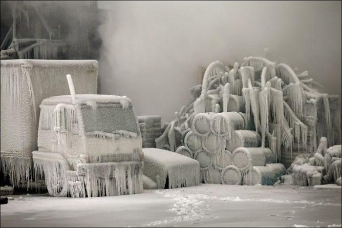 Пожарники заморозили горящее здание в Чикаго