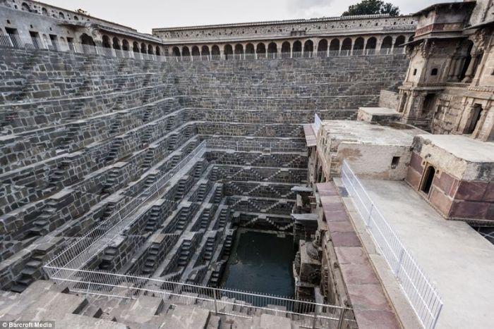 Невероятно искусственная лестница в Индии в 3500 ступенек