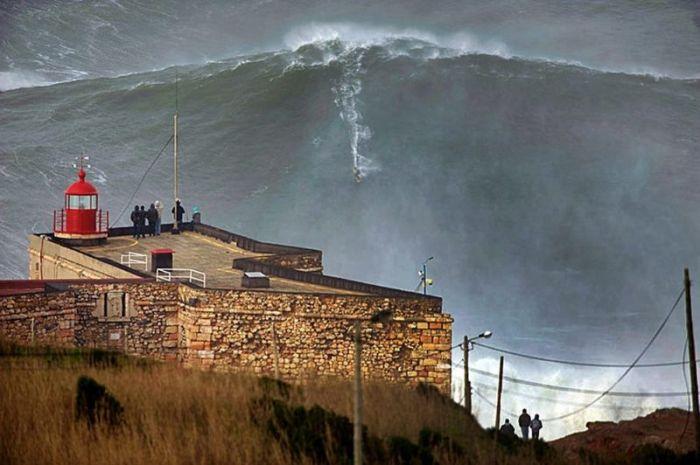 Серфер покорил волну высотой 24 метра