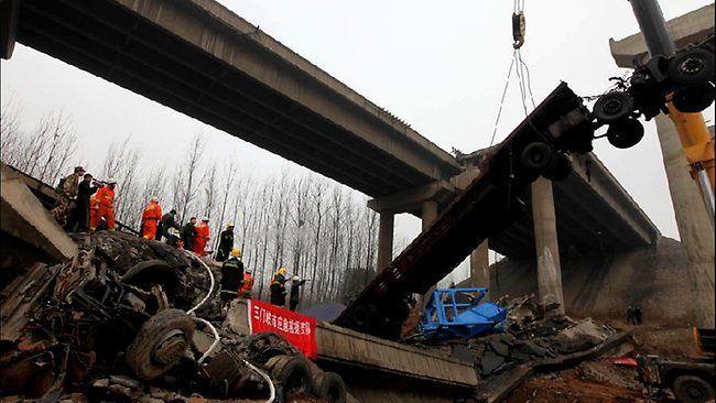 Грузовик, набитый фейерверками, мог стать причиной обвала моста