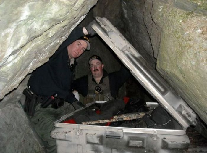 Полиция обнаружила заначку в пещере (8 фото)