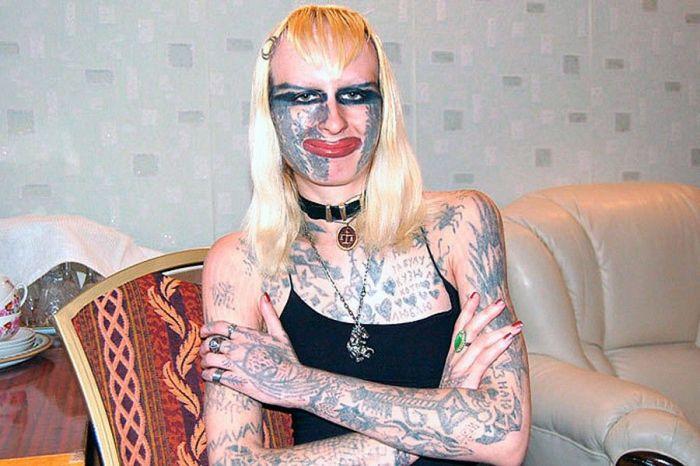 Татуированная красотка из России