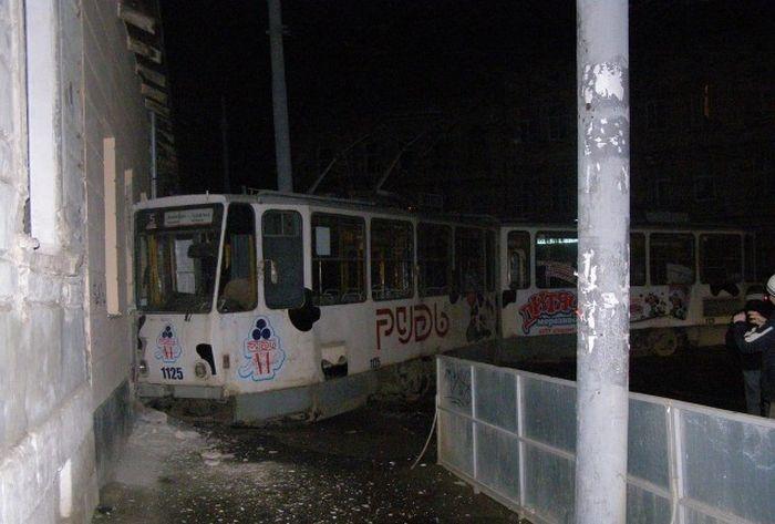 Сумасшедший трамвай тормозил об стену (6 фото)