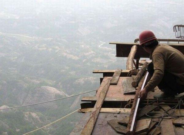 Опасная работа китайских строителей без страховки