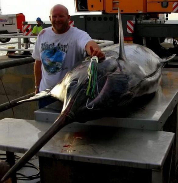 Рыбак вытянул шестиметрового марлина