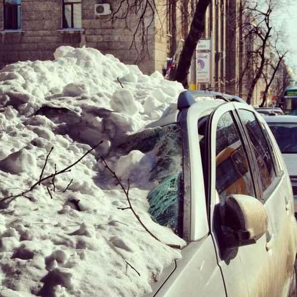Глыба подтаявшего снега свалилась на крышу внедорожника