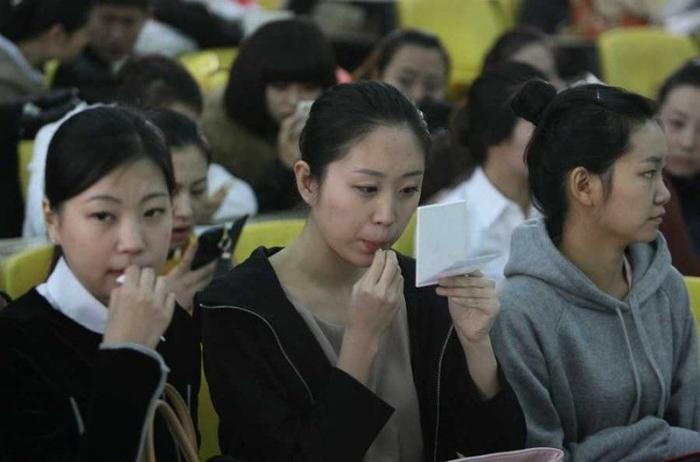 Китайские девушки на кастинге стюардесс