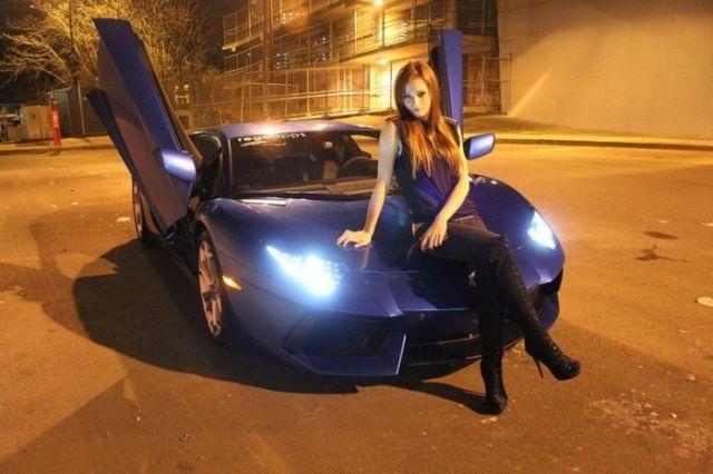 Красивые девушки на фоне шикарных автомобилей
