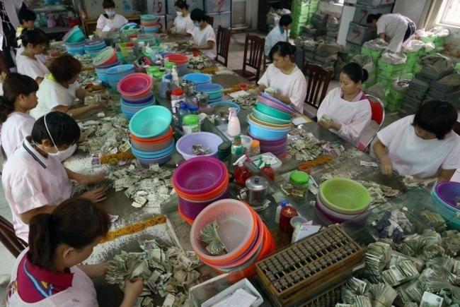 Как пересчитывают деньги работники китайского автопарка