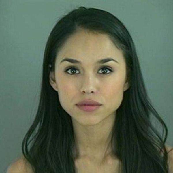 В полицейский участок попадают очень сексуальные преступницы