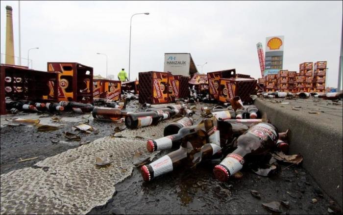 Тысячи разбитых бутылок пива на асфальте