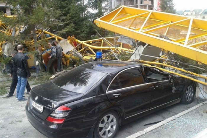 На машину Генпрокуратуры упал строительный кран