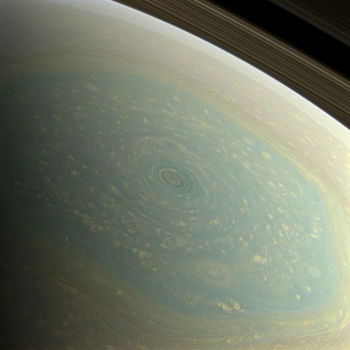 Удивительные снимки урагана на Сатурне