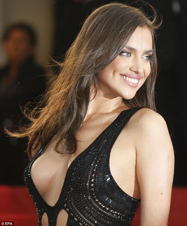 Очаровательная Ирина Шейк в сексуальном платье
