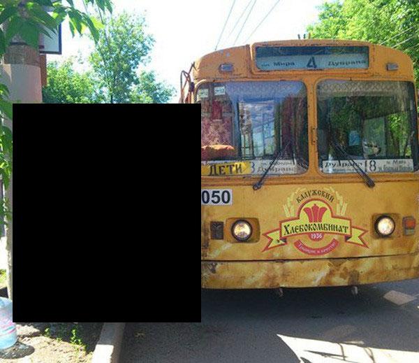 «Копейка» застряла между столбом и троллейбусом