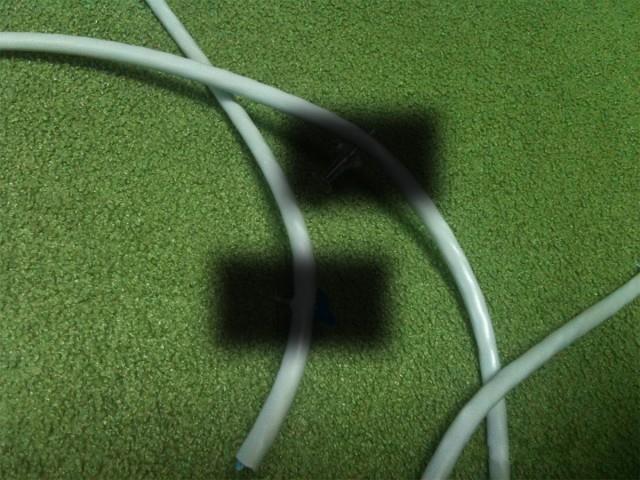 Девушка решила сама уложить кабель