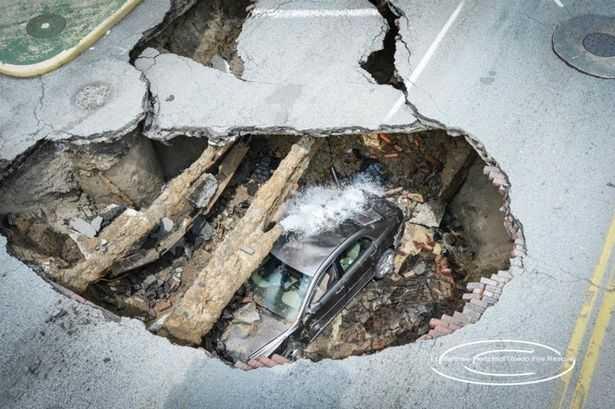 Гигантский провал дороги поглотил автомобиль с водителем